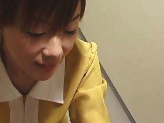 japanischer Aufzug Handjob mit weißen Handschuhen