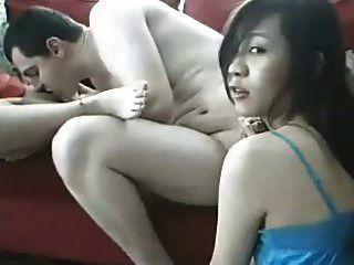 Weißer Typ mit zwei Asiaten