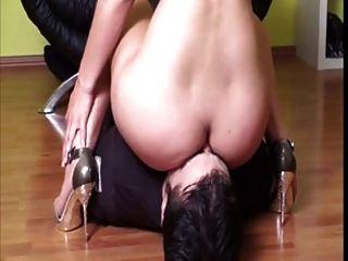 Herrinnen, die ihren Sklaven ansitzen