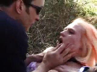 Unterwürfige französische Babe bekommt ihre Löcher im Freien gefickt