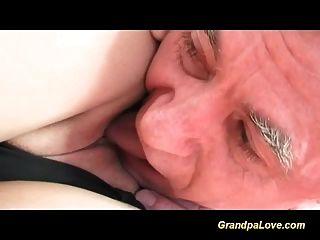 Opa in der Liebe mit niedlichen Teenager