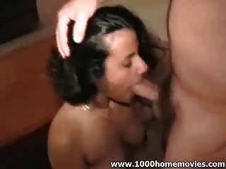 Hot Girl saugen einen großen Schwanz und bekommen eine Gesichtsbehandlung