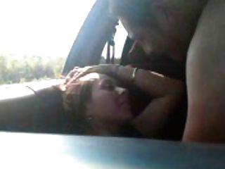 un jeune paar baise en voiture