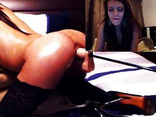 sexy Mädchen nimmt es vom mechanischen Dildo auf cam