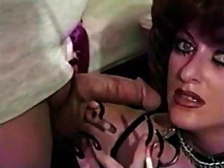 lange Nägel und schweres Make-up rauchen