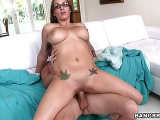 Hot Nerd mit 34dd Titten reitet einen Schwanz