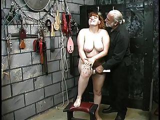 niedliche junge Brünette Sklave Mädchen Streifen nackt für Demütigung spielen im Keller