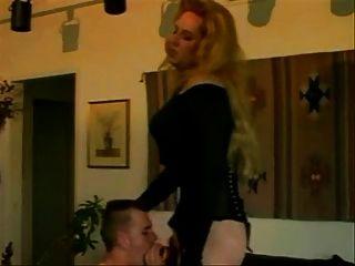Vintage Xdresser bekommt einen Schwanz in ihren Arsch und Cums