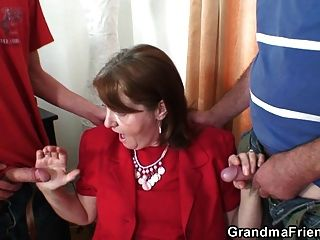 busty granny in strümpfen reitet und saugt zur gleichen Zeit