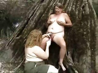 alte lesbische Huren, die Spaß im Wald haben. Amateur