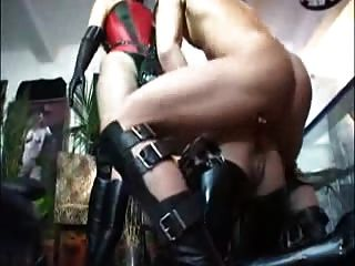 Sklave fertig mit Strapon dmvideos