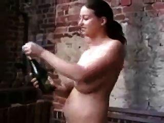 verrückte milf trinkt Champagner und Nägel selbst