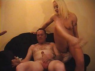 britische Schlampe danielle wird in einem fmm threesome gefickt
