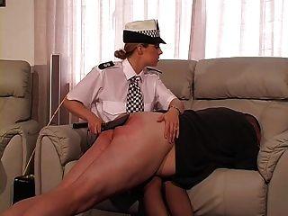 weibliche britische Polizeibeamte bestraft und Stöcke Kerl