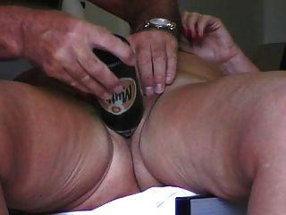 Ann mit ihrer Flasche