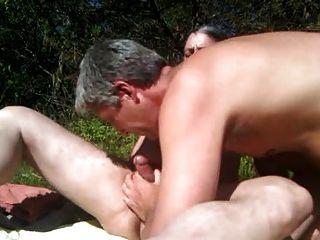 über einen nackten Sonnenbaden kommen!