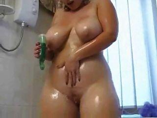 Chubby Mädchen wird schmutzig in der Dusche