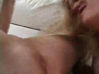 Lesben werden mit einem Strapon gefickt