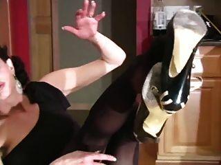 Skinny Milf im schwarzen Kleid. joi