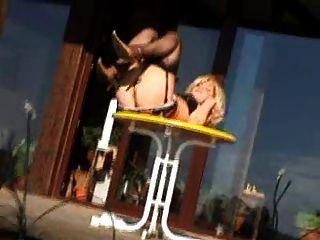 blonde Frau im Freien tragen Strümpfe und Fersen