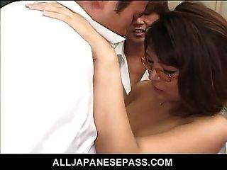 Geiler japanischer Lehrer lernt eine Lektion selbst über Pussy p
