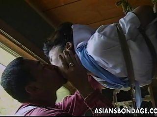 sexy kleine asiatische Mädchen wird gefesselt und gehänselt von ihr partne