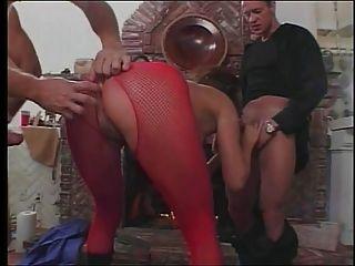sexy Brünette mit tollen Titten nimmt drei Schwänze auf einmal