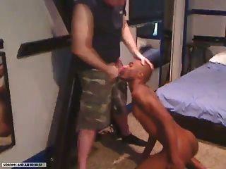 schwarze Sklavin saugt weißen Militär Daddy Hahn