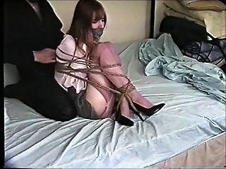 Kristine fest Ball auf dem Bett gebunden