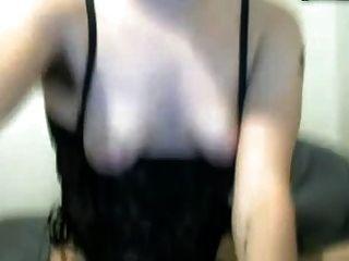 haariges Mädchen spielt mit ihrer sehr großen Klitoris