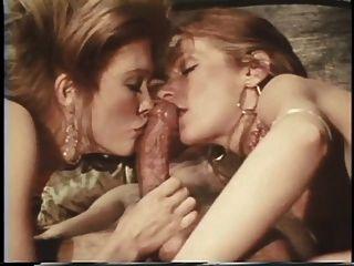 zwei hotties lecken und saugen einen riesigen harten Schwanz in threesome Schlafzimmer Sex