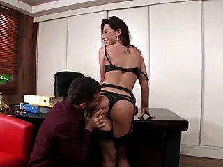 Sekretärin in Strümpfen anal ficken auf dem Schreibtisch