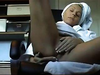 Sexy Milf reibt ihre perfekte Pussy!