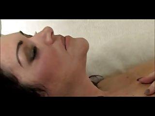 geile große milf masturbiert