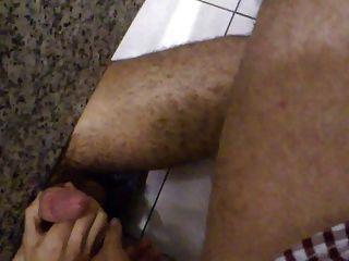 Handjob für einen Fremden in einer öffentlichen Toilette banheiro