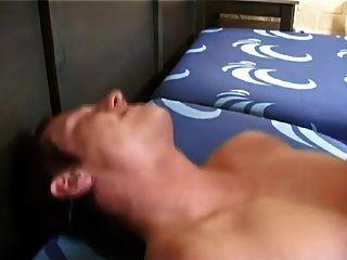 sexy blonde Kerl nimmt einen großen Bareback Schwanz in seinen Arsch