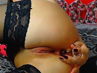Geile Brünette Schlampe fickt ihre nasse Pussy mit Dildo zum Orgasmus