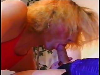 eine heiße shemale bekommt einen blowjob von einem anderen und cums auf ihrem gesicht