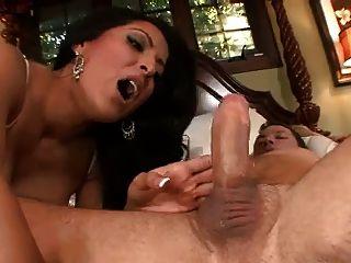 Kiara Mia ist eine sexy Magd
