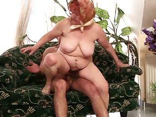mollige Oma in perfektem Handeln
