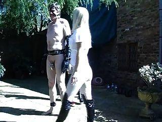 Zwei heiße britische Reitmänner trainieren ihr Pony