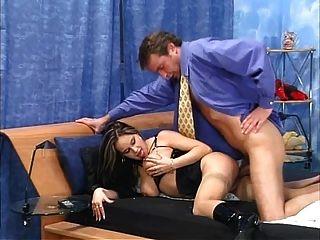 große boobs in Stiefeln und nackten Strümpfen