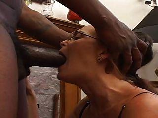 milf saugt einen schwarzen hahn