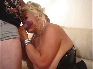 Chubby Blondine mit großen Titten saugt