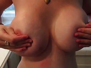mit meinen Brüsten langsam spielen