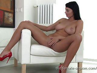 sexy coed mit großen natürlichen Brüsten masturbiert zum Orgasmus