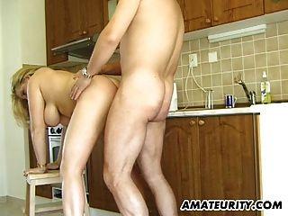 Busty Amateur Milf saugt und fickt in ihrer Küche