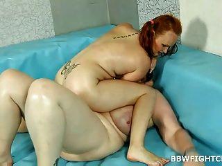 Chubby Amy Ringen mit bbw blonde Diana