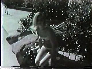 zwei Mädchen an einem Pool
