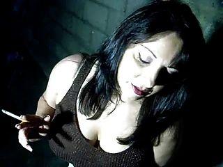 busty babe raucht und fingert ihre pussy nur für dich